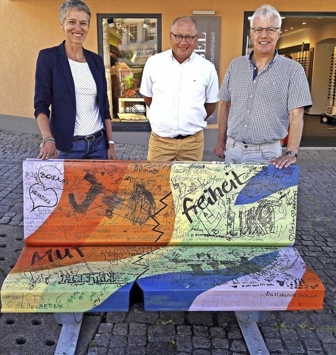 Pfarrer Rainer von Oppen (rechts) mit ...rtreter Klaus Menner an der Bibelbank   | Foto: Privat