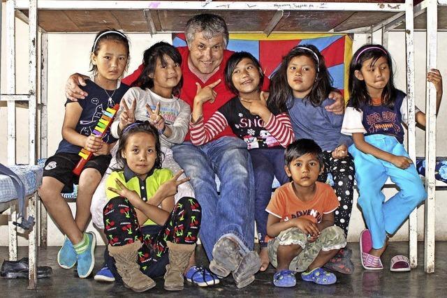 Ehemaliger Lehrer bringt Spenden in ein SOS-Flüchtlingsdorf