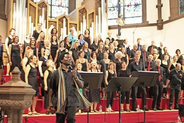 Tanzeinlagen hinter Kirchenbänken