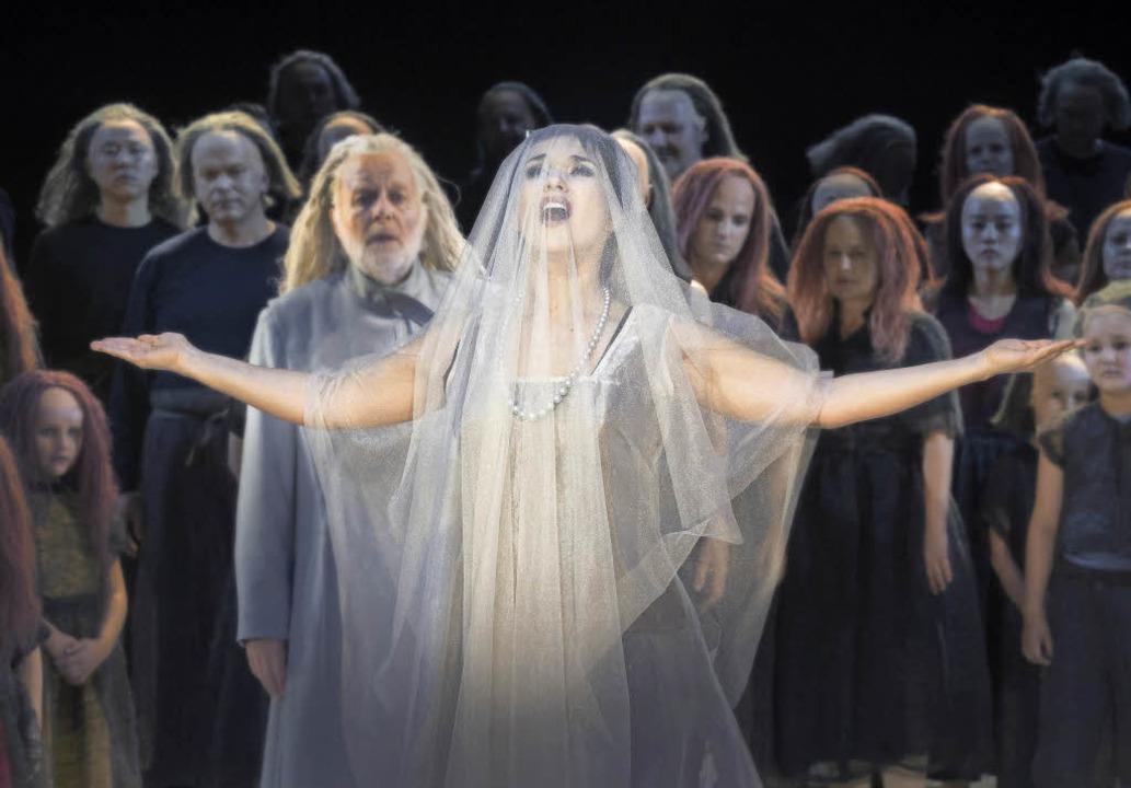 Olga Peretyatko-Mariotti (Leila), link...lfgang Schöne (Nourabad) und der Chor   | Foto: Donata Wenders