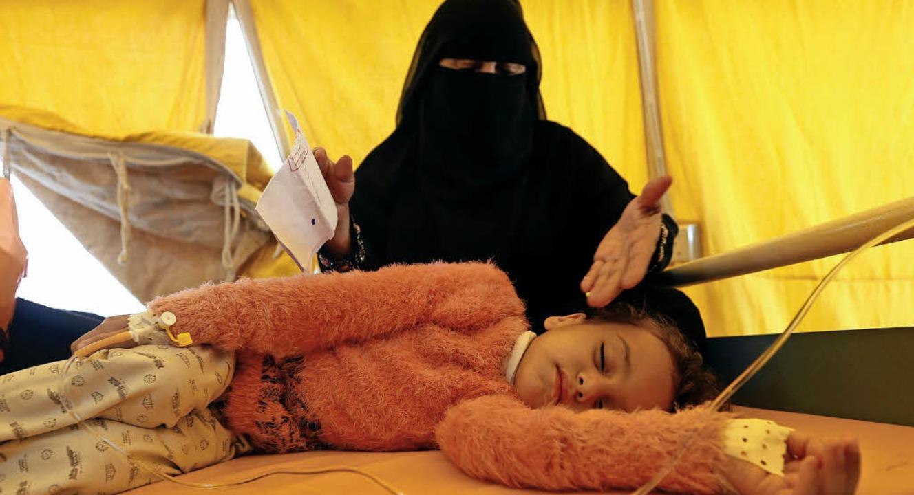 Vermutlich Cholera: Ein Mädchen bekomm...ankenhaus in Jemens Hauptstadt Sanaa.   | Foto: AFP