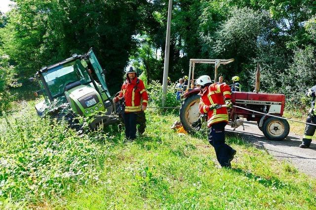 Feuerwehr verhindert, dass ein schwerer Traktor eine Böschung hinunterstützt