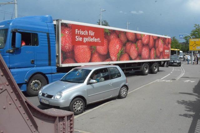 Sattelschlepper blockiert die Friedensbrücke in Weil
