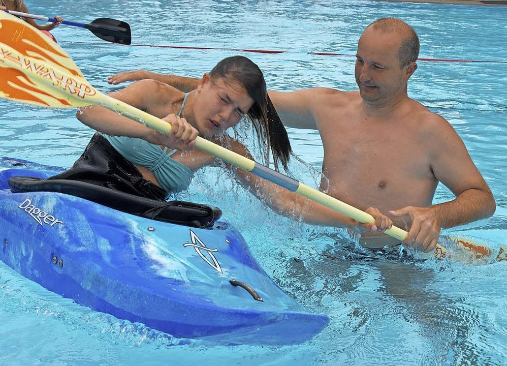 Badegäste üben das Reanimieren oder das Kajakfahren.   | Foto: Olaf Michel