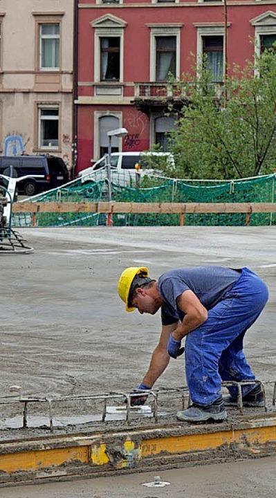 Alles geht glatt: Am Dienstagabend beg...en die Bauarbeiter ihre Hauruckaktion.    Foto: Peter Sliwka