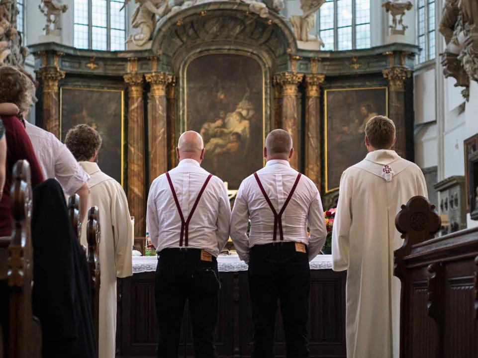 Zwei Männer werden im August 2016 in d...iche Trauung der Landeskirche handeln.  | Foto: dpa
