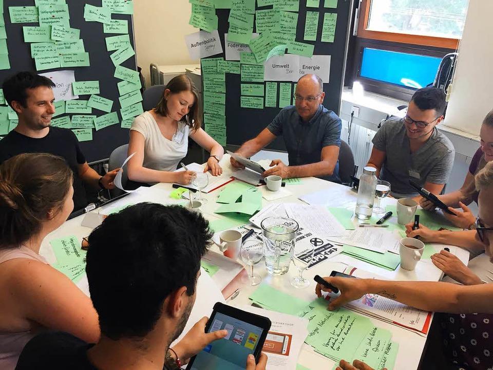 Jugendredakteure diskutieren mit Experten über die Thesen.  | Foto: Dorothee Soboll