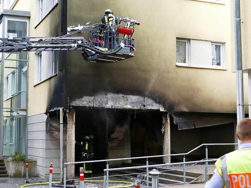 Nach dem Brand untersuchten die Feuerw...es Wohnhauses in der Tumringer Straße.  | Foto: Willi Adam