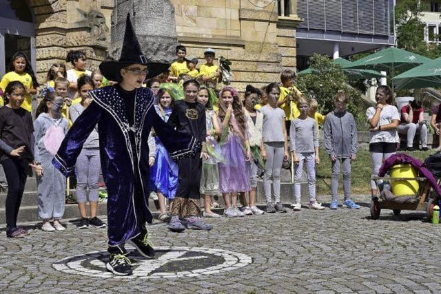 Dritt- und Viertklässler der Hebel-Schule waren in der Innenstadt auf Musical-Werbetour