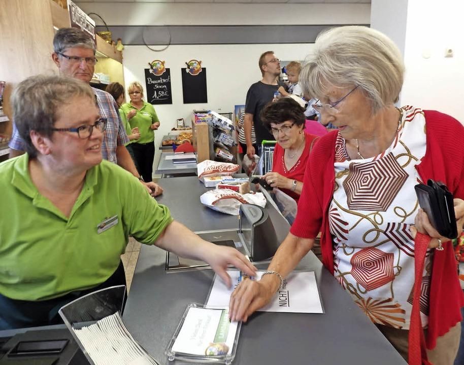 Der Inzlinger Landmarkt ist eröffnet, ...efen am Donnerstag übers Verkaufsband.    Foto: Johanna Högg
