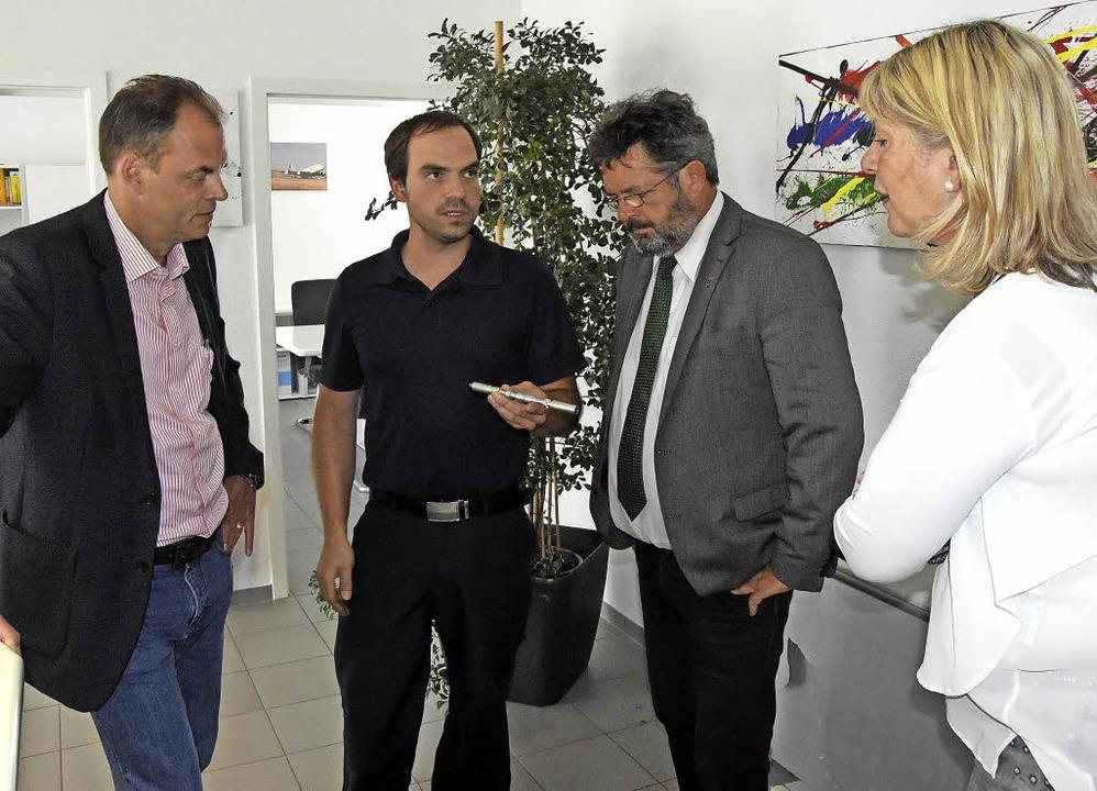 Benjamin Ebin (2. von links) zeigt Ste...links) ein verchromtes Hydraulikteil.     Foto: Stefan Pichler