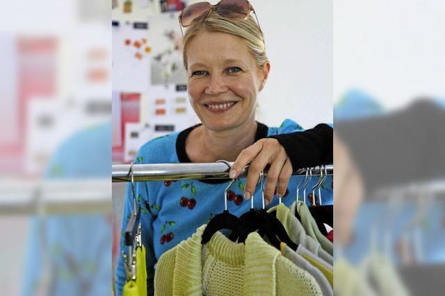 Am Kleiderständer mit...der Sulzburger Modedesignerin Konstanze Maager
