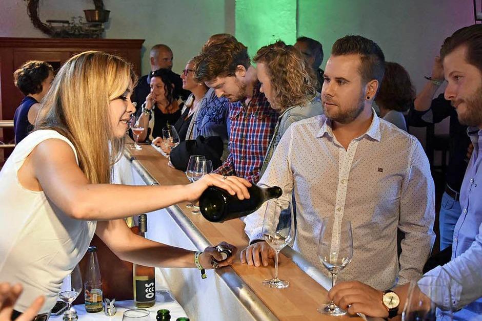 150 Weine von 47 Jungwinzern aus der Region: die Wein-Fass-Bar im Hofgut Lilienhof. (Foto: Michael Bamberger)