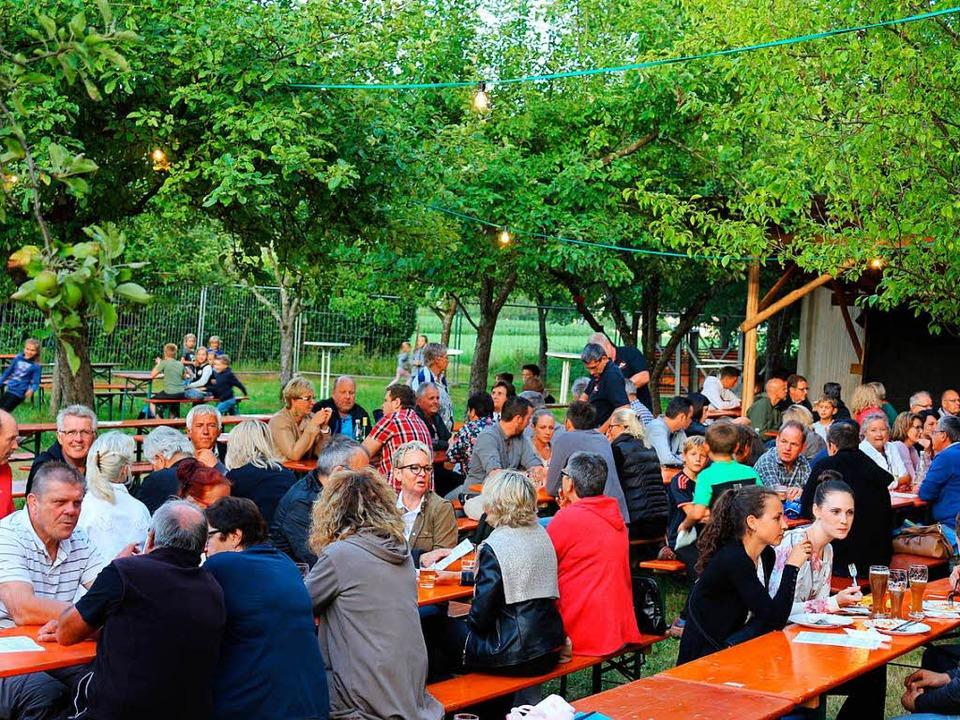 Freitagabend zum Auftakt füllte sich d...de zügig mit kleinen und großen Gästen  | Foto: Karin Heiß