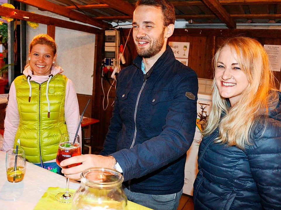 Cocktails, wie Paul und Hugo, hielten diese jungen Leute parat  | Foto: Karin Heiß