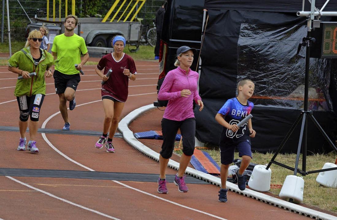 Runde um Runde für Kinderrechte (linke...rdneten Gernot Erler) die Laufschuhe.     Foto: Fotos: Rita Eggstein