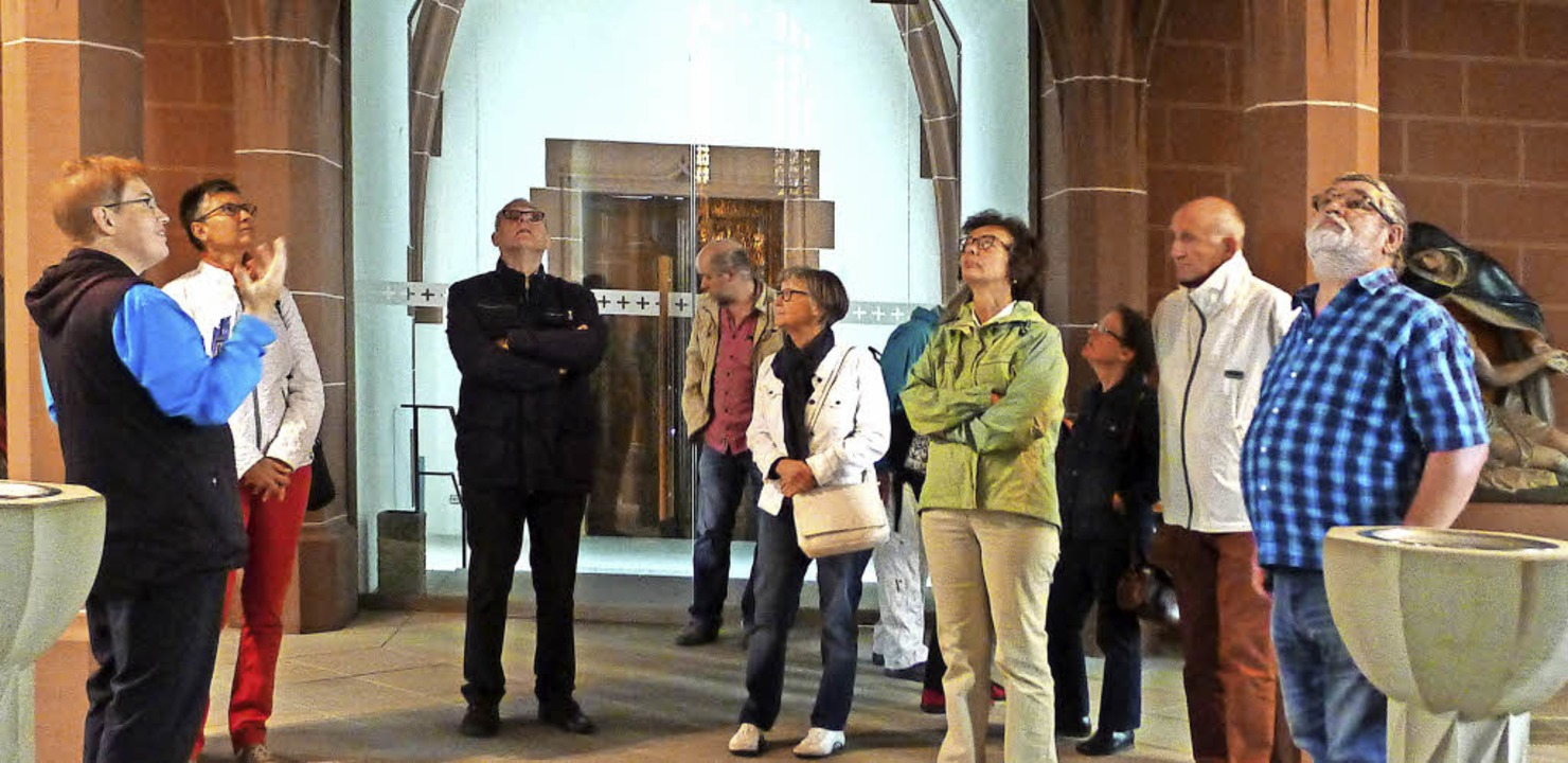 Viel zu entdecken gab es bei der Münst... Angelika Hug (links) über den Köpfen.  | Foto: Eva Korinth