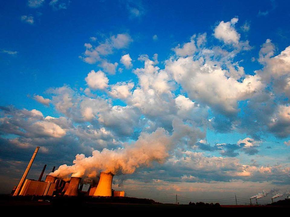 Läuft auf Hochtouren – Blick auf das Braunkohlekraftwerk Neurath  | Foto: dpa