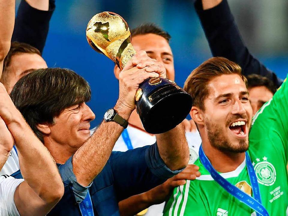 Der hat den Deutschen noch in ihrer Sammlung gefehlt: der Confed-Cup.    Foto: dpa