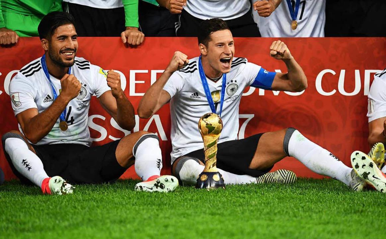 Emre Can und der Kapitän der deutschen...nalmannschaft Julian Draxler (rechts).    Foto: dpa