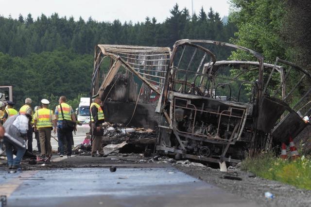 18 Tote bei schwerem Busunglück – Zwei Verletzte schweben in Lebensgefahr
