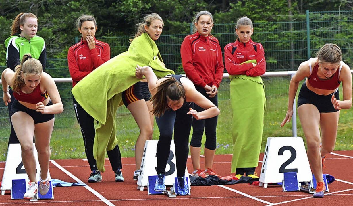 Start in den Wind: Larissa Schätzle (v...und Anika Lorenz beim 100-Metersprint.  | Foto: junkel