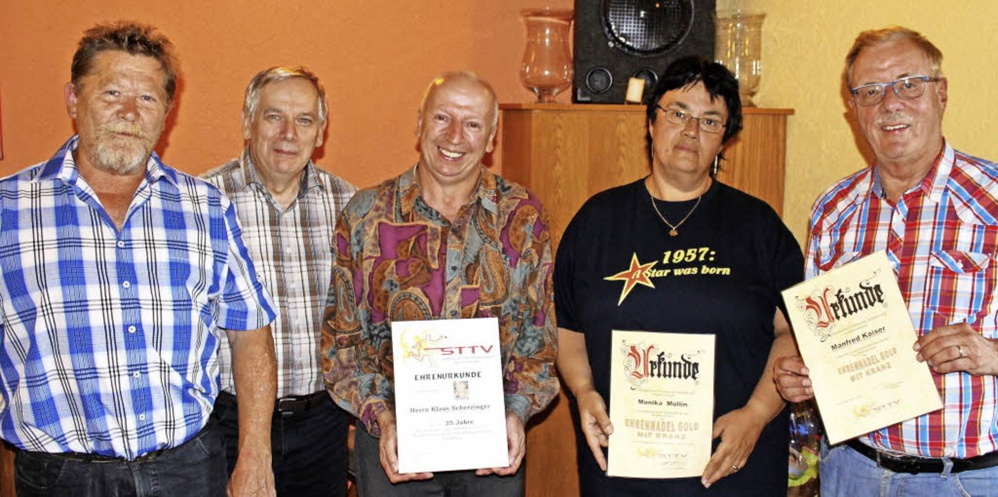 Bezirksvorsitzender Rudolf Effinowicz ...Mollin und Manfred Kaiser (von links).  | Foto: Dagobert Maier