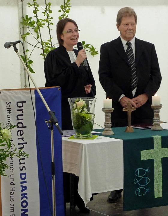 Christina Schäfer und Horst Unruh bele...s Seniorenzentrums durch die Kirchen.   | Foto: Karlernst Lauffer