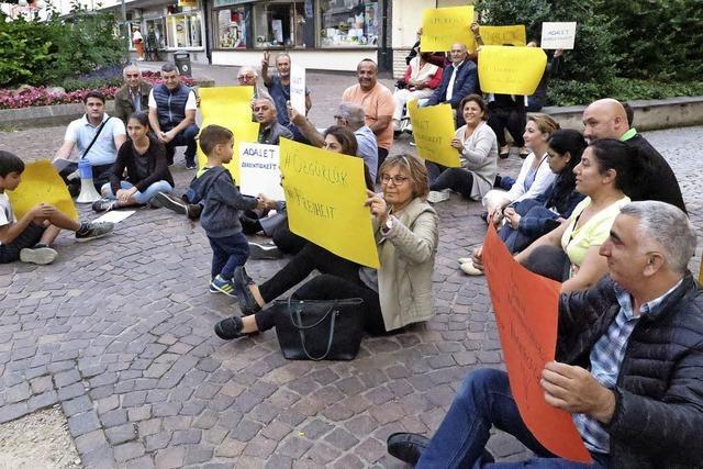 Türken demonstrieren in Müllheim gegen die AKP-Regierung in der Türkei