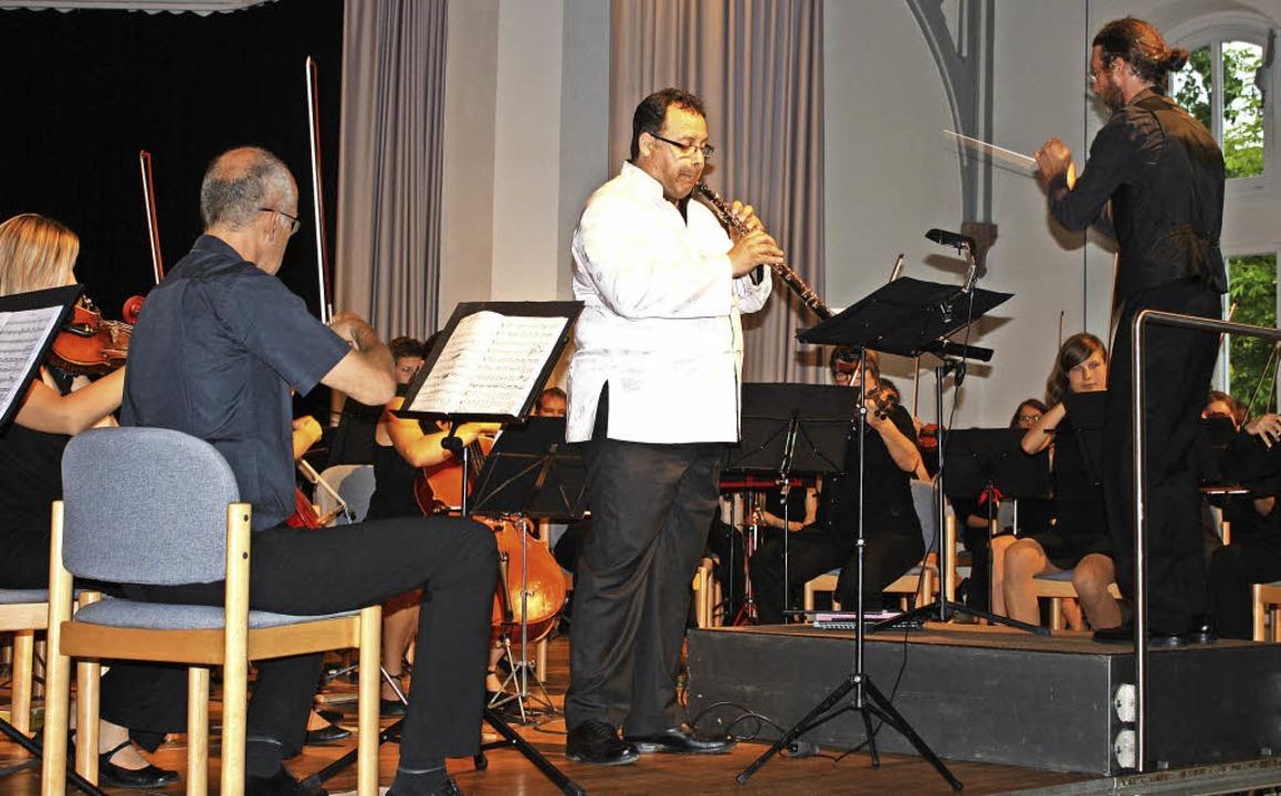 Das Per Tutti Orchester mit Solist Jái...ent Nikolaus Reinke in der Steinhalle.  | Foto: Hildegard Karig