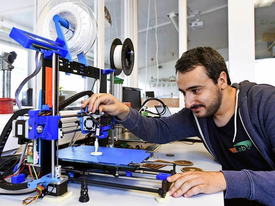 Milad Khani arbeitet am 3D-Drucker in der Freilab-Werkstatt.  | Foto: Thomas Kunz