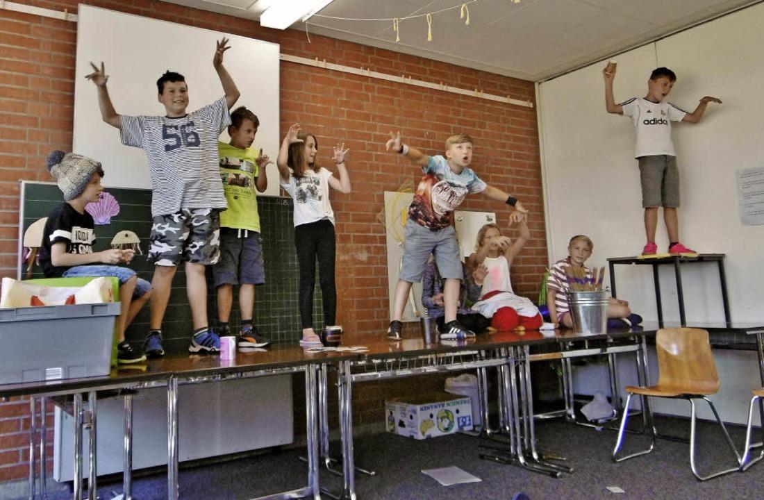 Die Schüler proben auf einer improvisi...s Tischen für das Musical am 16. Juli.  | Foto: Musikverein Rickenbach
