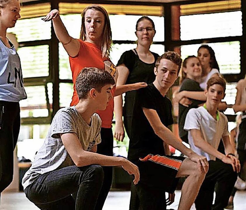 Choreographin Katharina Dehn (rotes Sh...d bereitet sie auf die Auftritte vor.   | Foto: Rosa Di Nardo