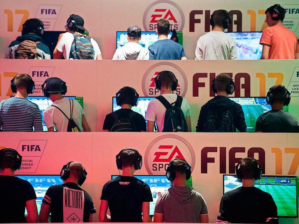 Fifa-Spieler bei der Spielemesse Gamescom in Köln  | Foto: dpa