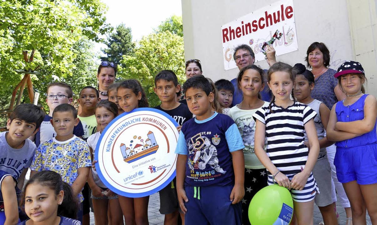 Die Schüler der Rheinschule   freuen sich über die neuen Spielmöglichkeiten.     Foto: Senf