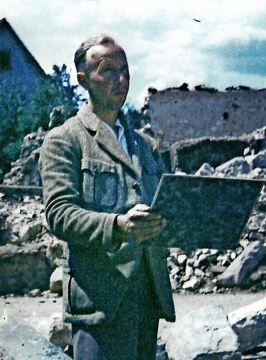 Die Aufnahme zeigt den Maler Max Bromb...eim Zeichnen im zerstörten Haltingen.   | Foto: Gemeindearchiv Binzen