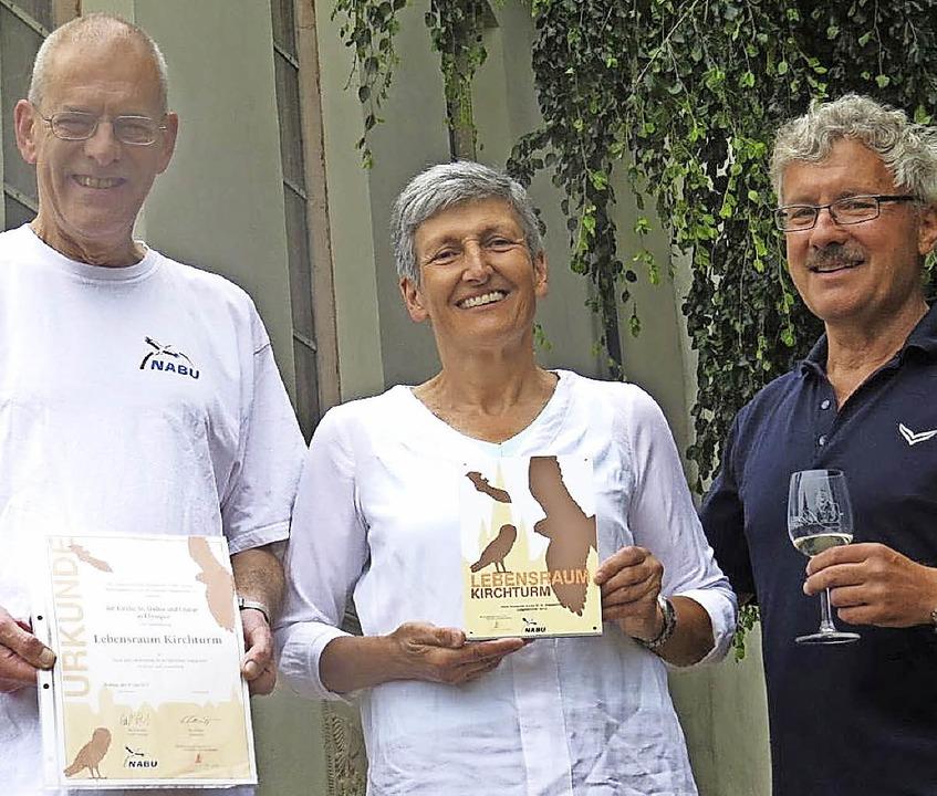 Matthias Schmidt (links) vom Nabu über...eier  und Fred Braun die Auszeichnung.  | Foto: Frowalt Janzer