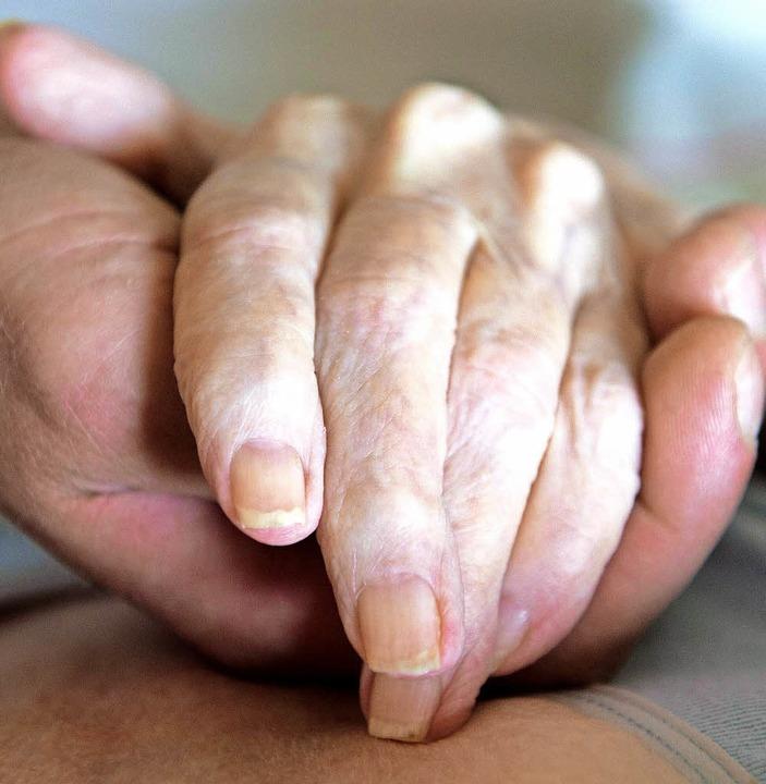 Die ehrenamtliche Begleitung von sterb...e viel Zeit und Engagement erfordert.   | Foto: S. Kahnert (dpa)