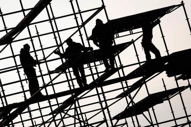 Stahlbelag stürzt auf 20-jährigen Arbeiter