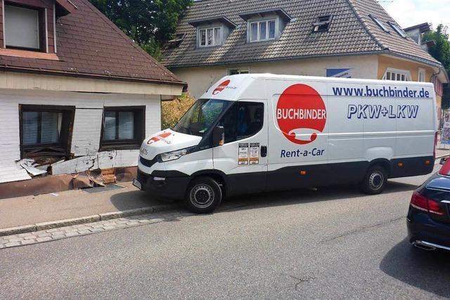 Fahrer spielt in Neustadt am Radio und kracht gegen eine Hauswand