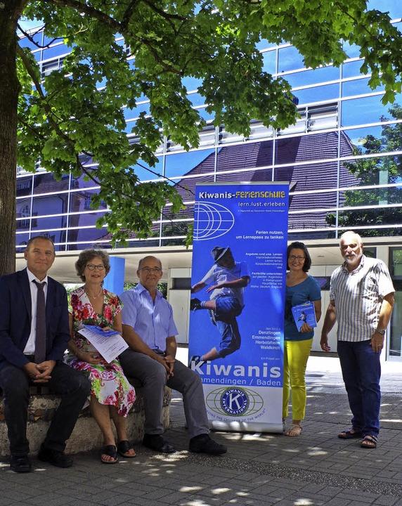Werben für die Ferienschule (von links...ialarbeit) und Georg Metzger (Kiwanis)    Foto: Katharina Bächle