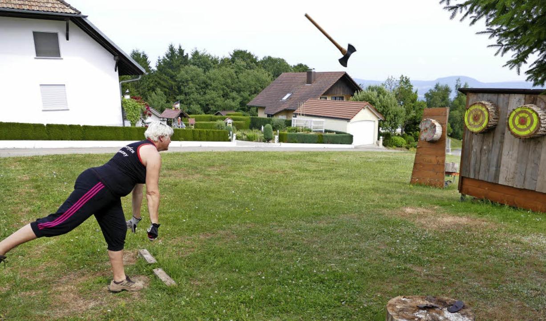 Weltmeisterin Heike Rösch trifft mit der Axt ins Ziel.  | Foto: David Rutschmann