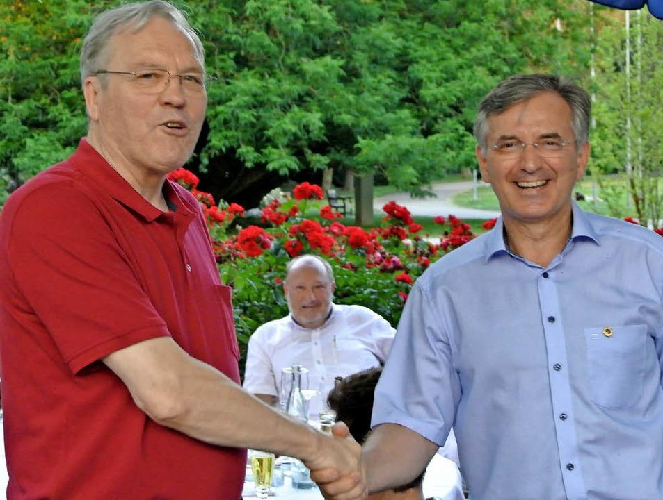 Stabwechsel von  Jost (links) zu Miehle     Foto: Roland Hinderle