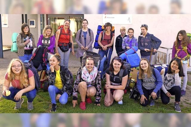 Zwölf Mädels auf Wanderung