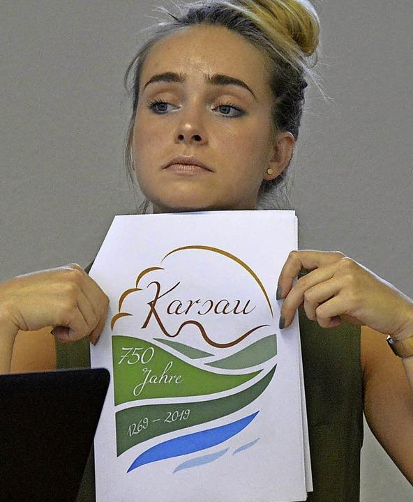 Daniela Anna stellt Vorschläge für das Logo vor.     Foto: Horatio Gollin