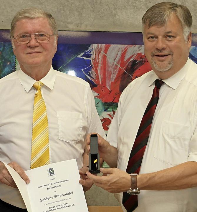 Peter Stammer (rechts) überreichte Mic... Wohnungs- und Immobilienunternehmen.   | Foto: Frank Linke