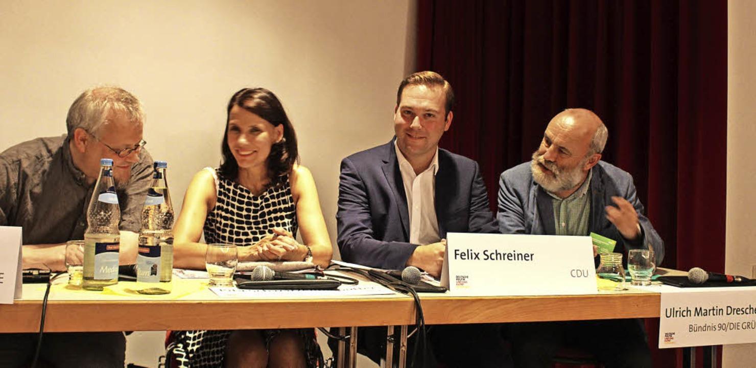 Tobias Pflüger, Rita Schwarzelühr-Sutt...nd Ulrich Martin Drescher im Gespräch     Foto: Erich Krieger