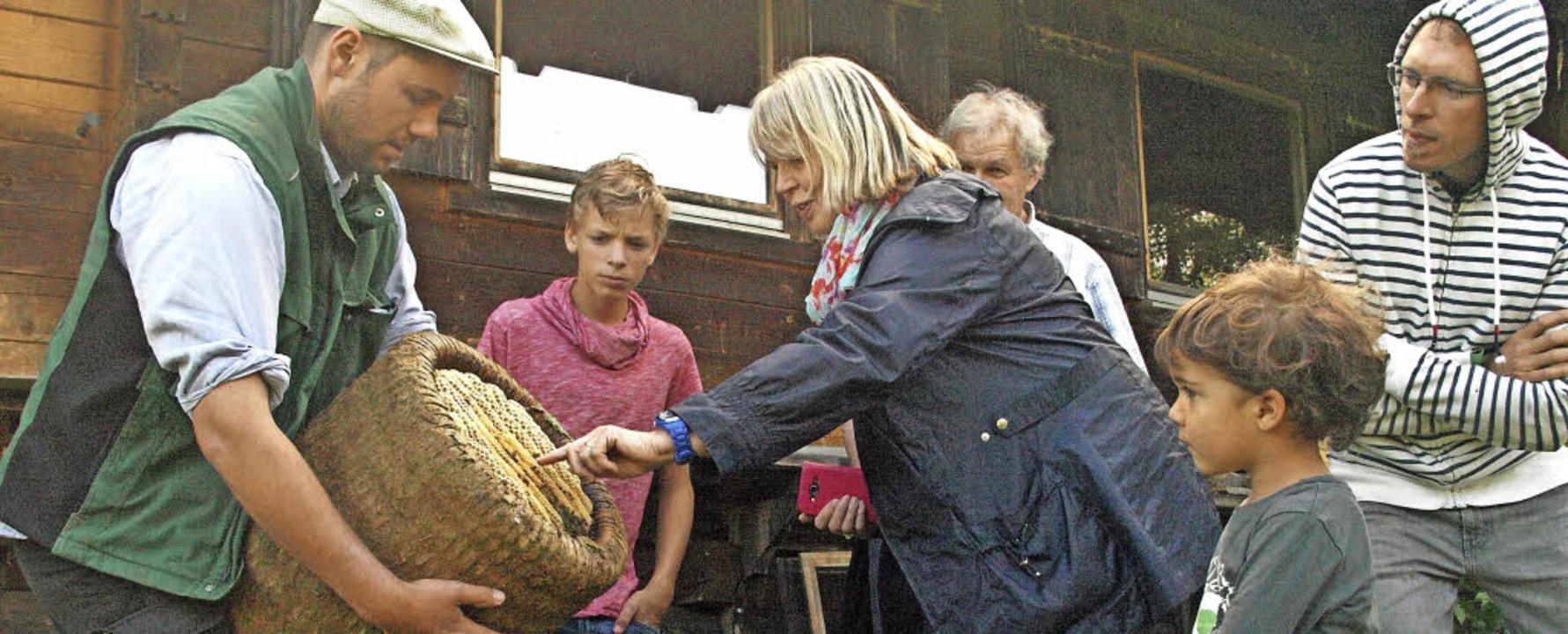 Goldenhofbauer Fabian Dreher ließ die ...gten, honigschweren Bienenkörbe zeigte  | Foto: Karin Stöckl-Steinebrunner