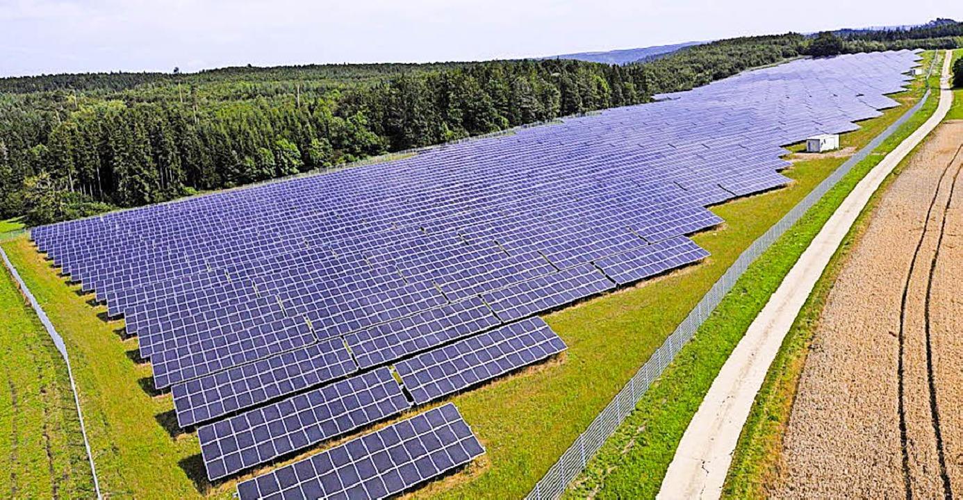 So ähnlich könnte es aussehen: Der Sol...o groß wie der in Unadingen geplante.   | Foto: Solarpark Leibertingen (EnBW)