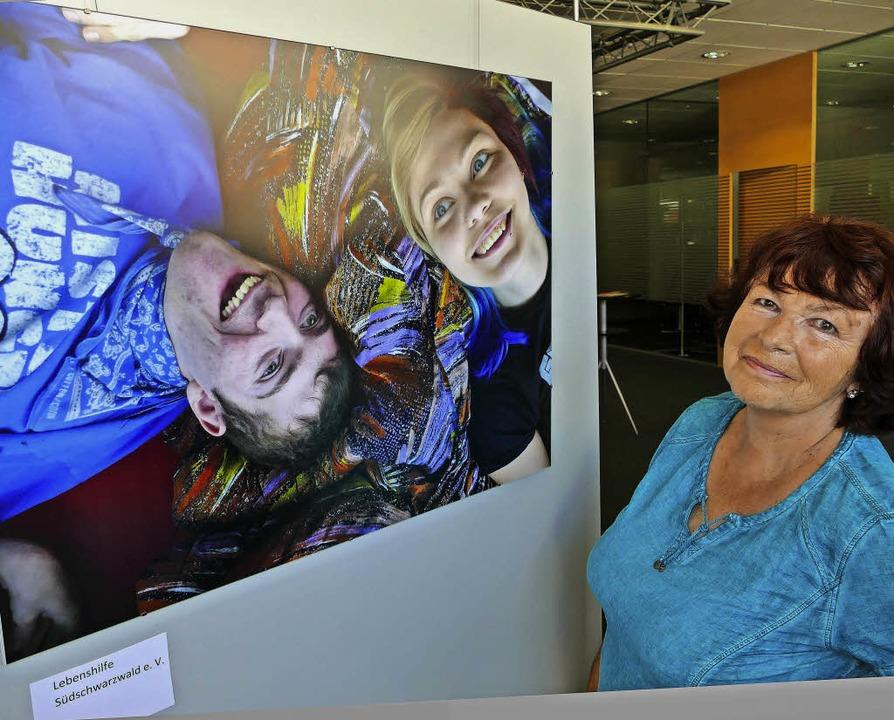 Uschi Simon betrachtet Bilder der Ehrenamtsausstellung.   | Foto: Stellmach